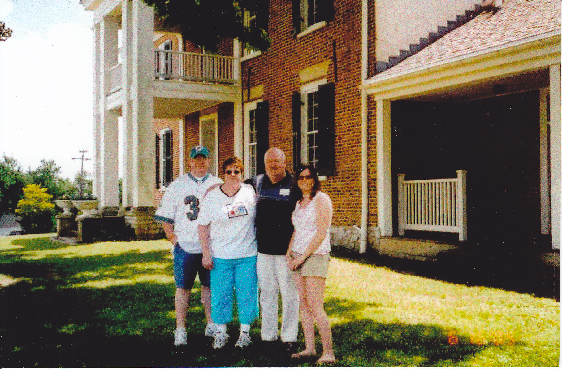 2005 - Photo of Owsley family in front of Pleasant Retreat